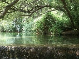 Een geweldig, mooie natuurpoel van gesmolten water